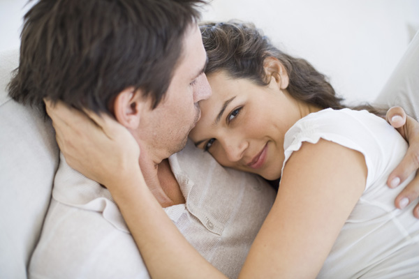 pareja recostados abrazandose