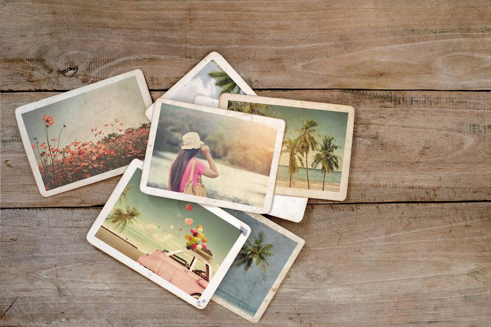 fotos sobre una mesa