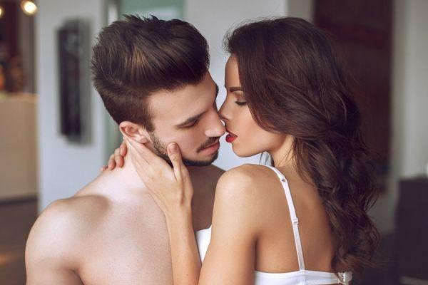 chica besando a un chico