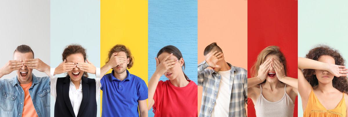 personnes se cachant les yeux