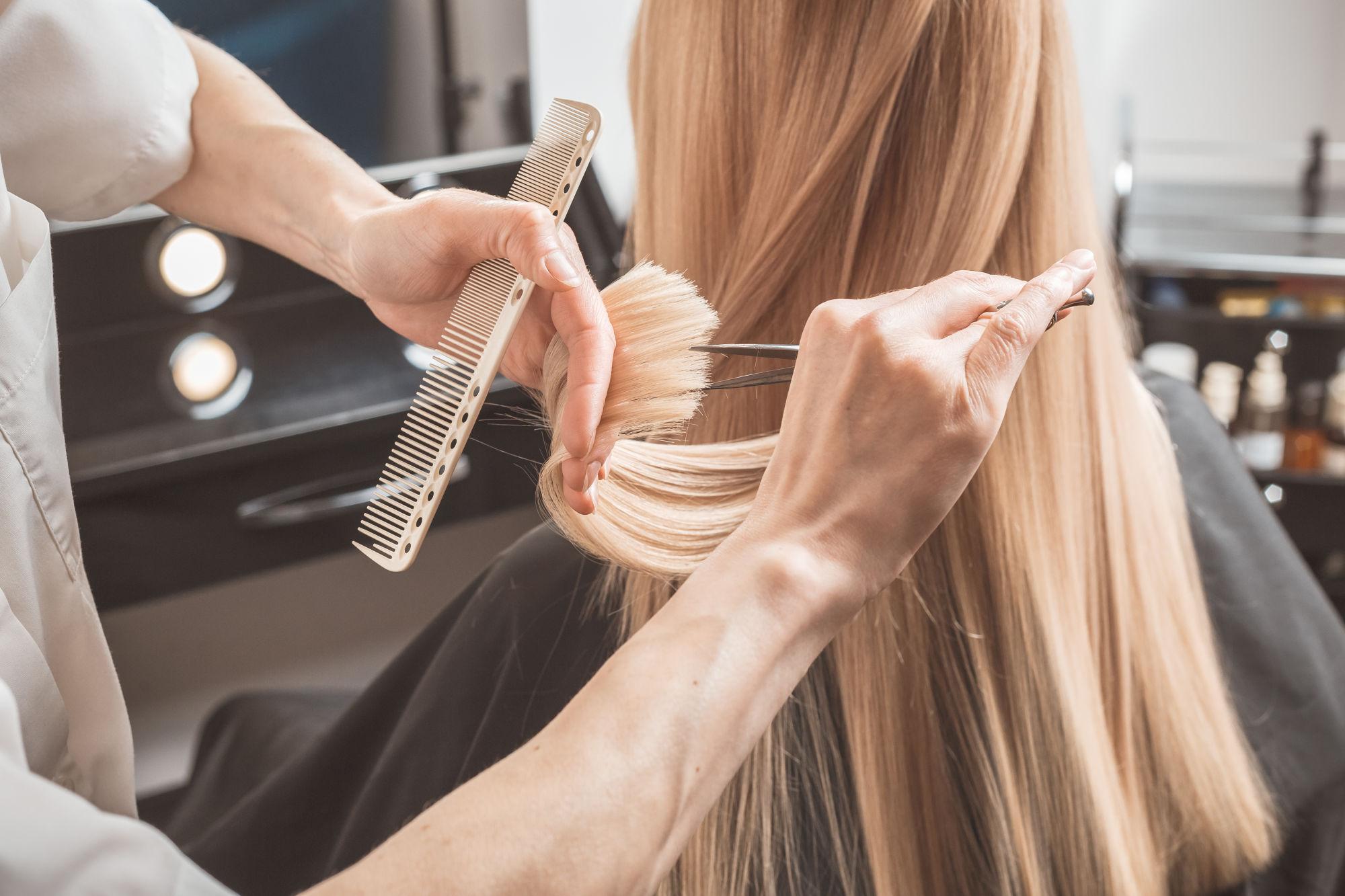 Chica cortandose el pelo