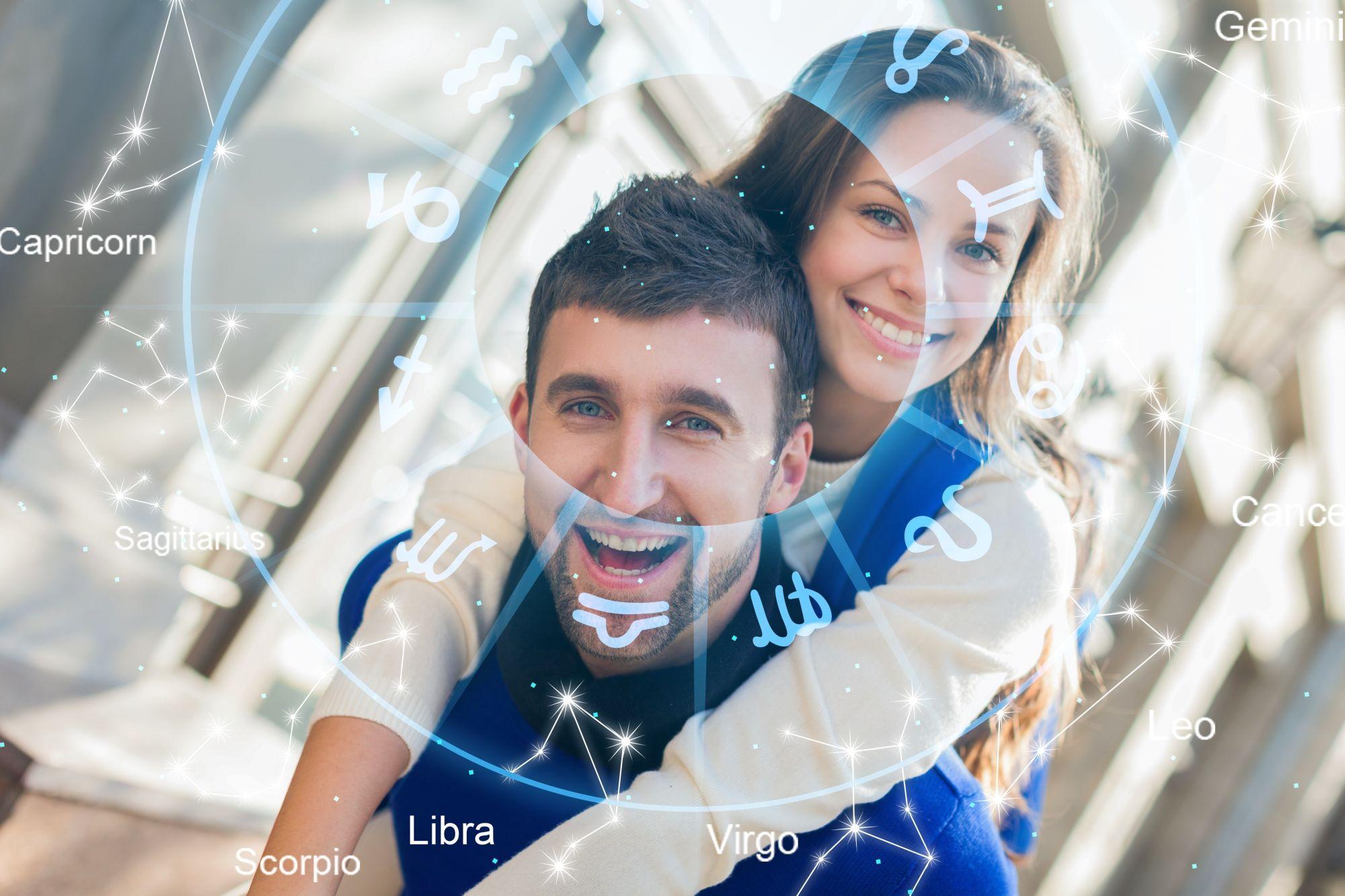 pareja  contenta y sonriendo