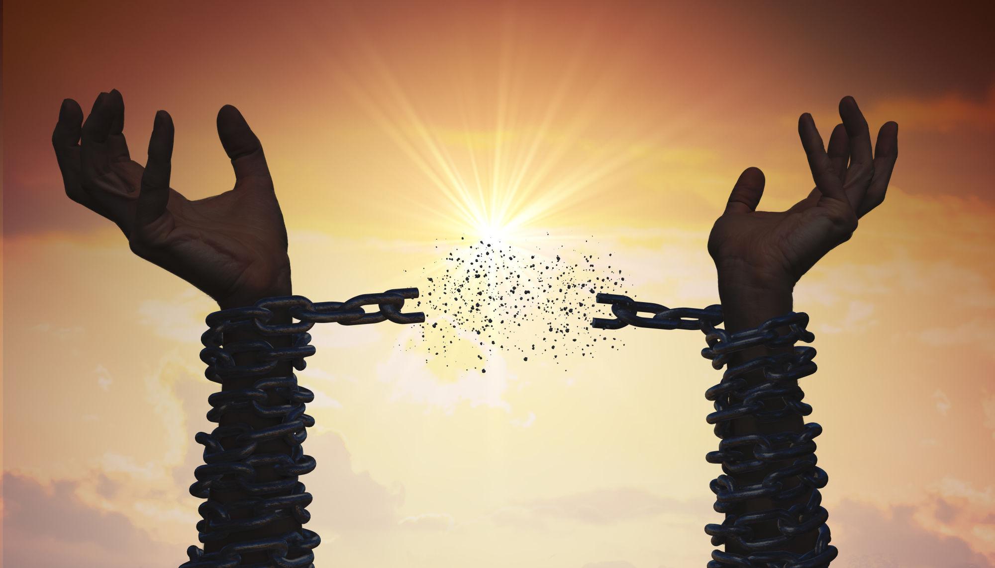 Rompiendo cadenas de las manos