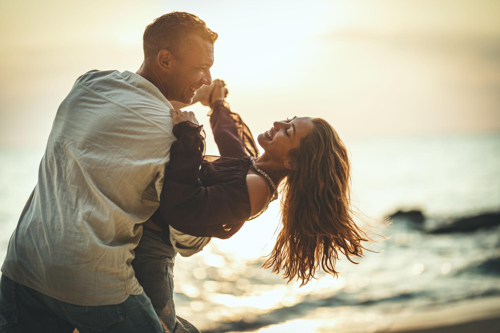 pareja contenta en la playa
