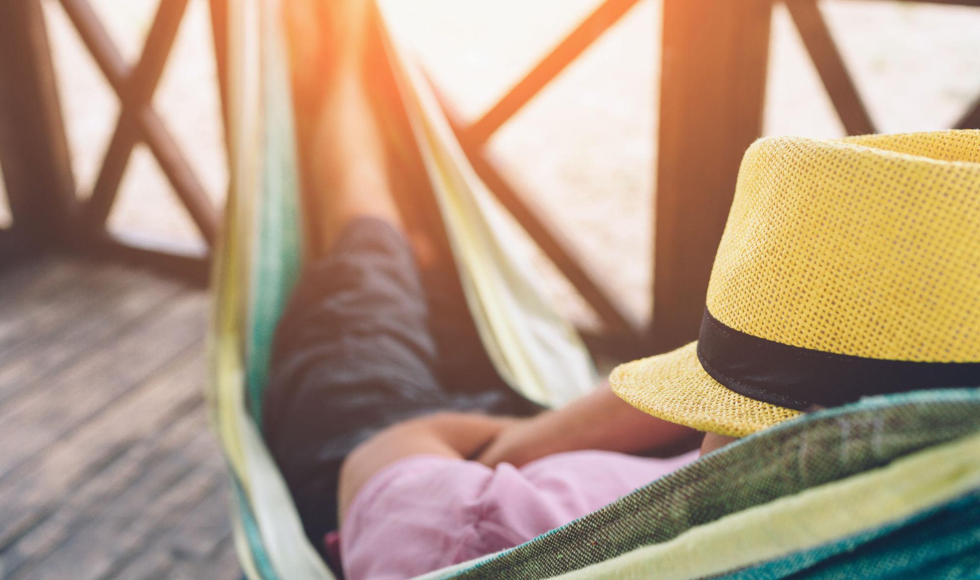 hombre durmiendo en una hamaca
