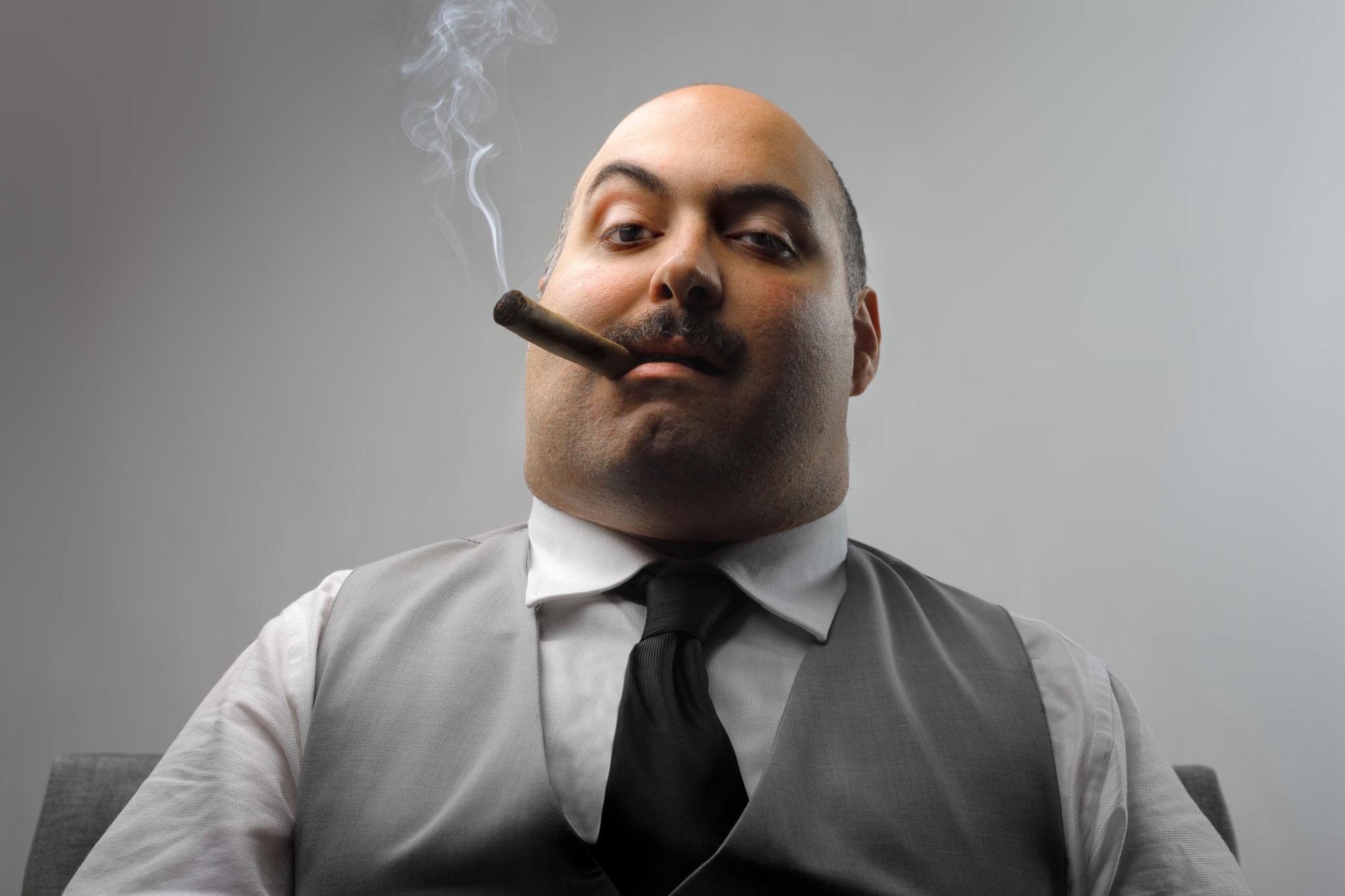 Hombre con cigarro y cara de malo