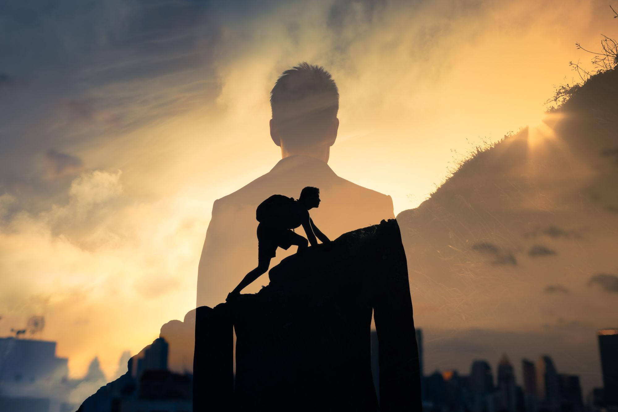 hombre subiendo una montaña