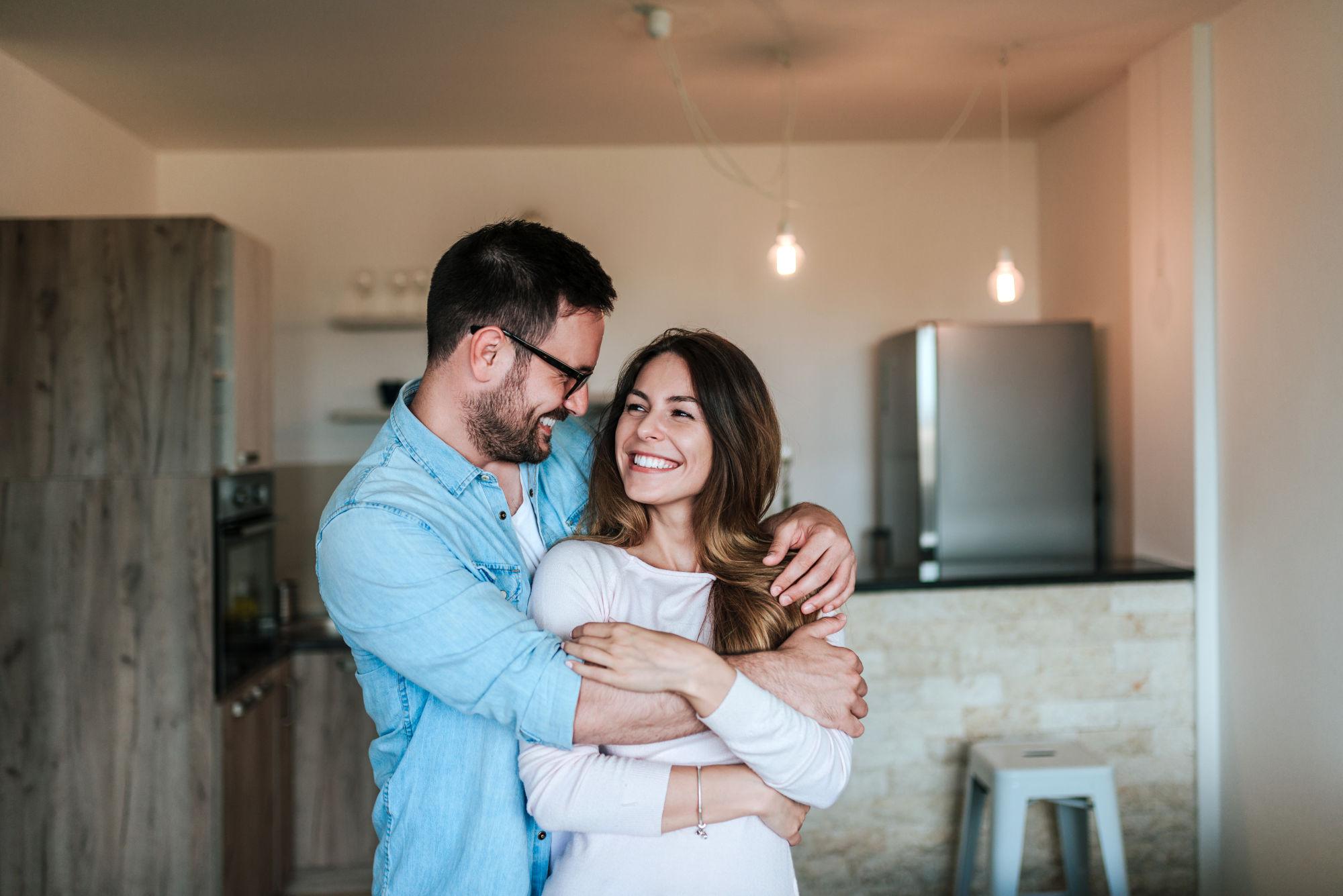 pareja abrazandose y sonriendo