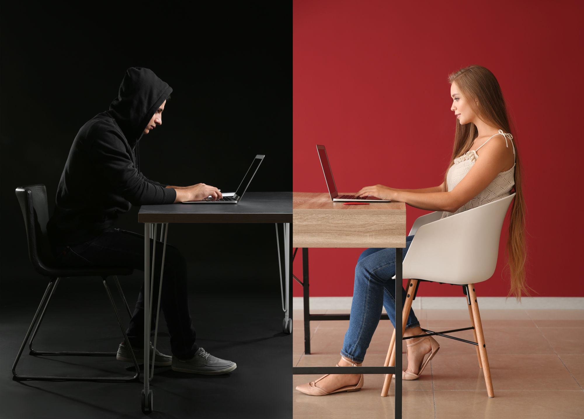 una chica y un chico en internet