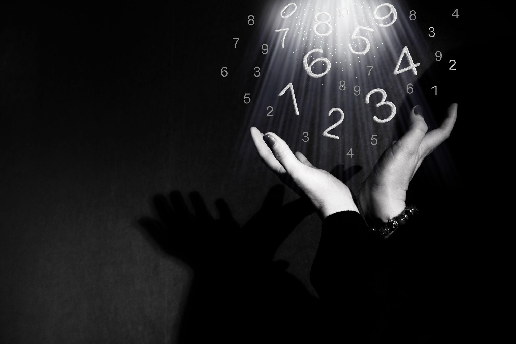 numeros entre las manos de una persona