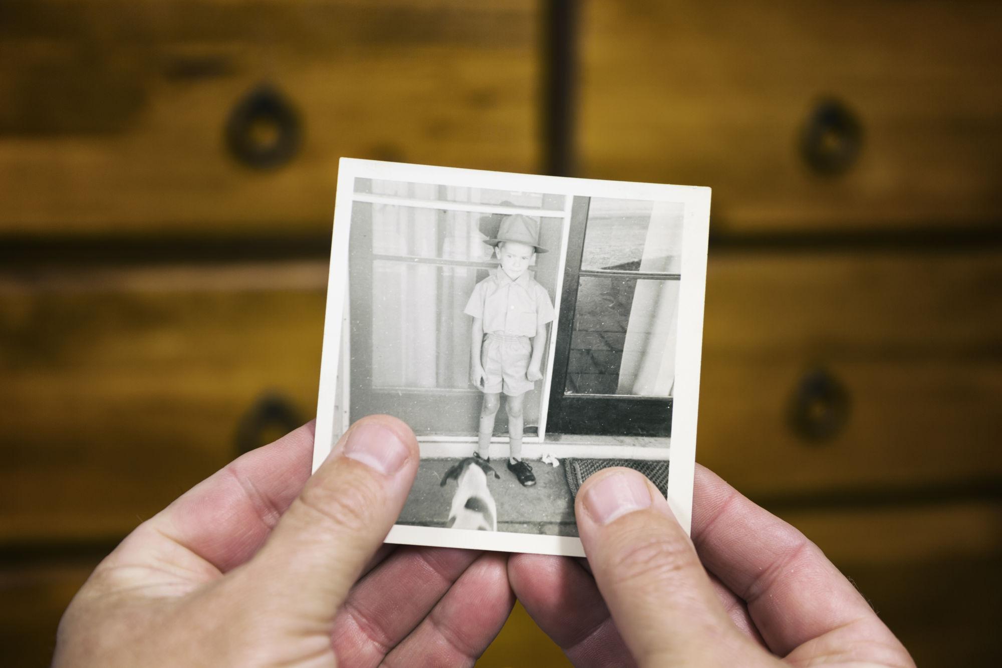 una persona viendo la foto de un niño
