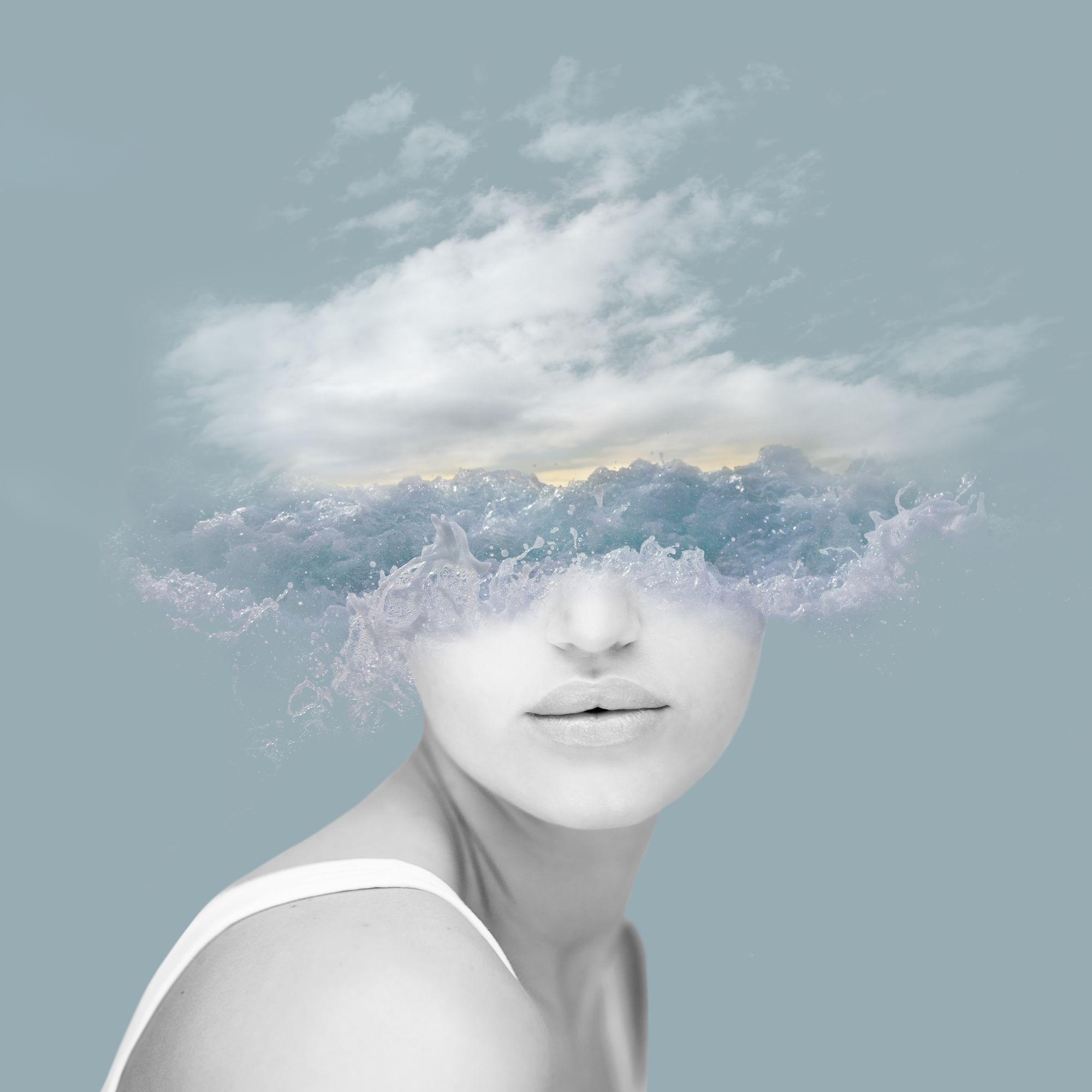 chica con cabeza en las nuves