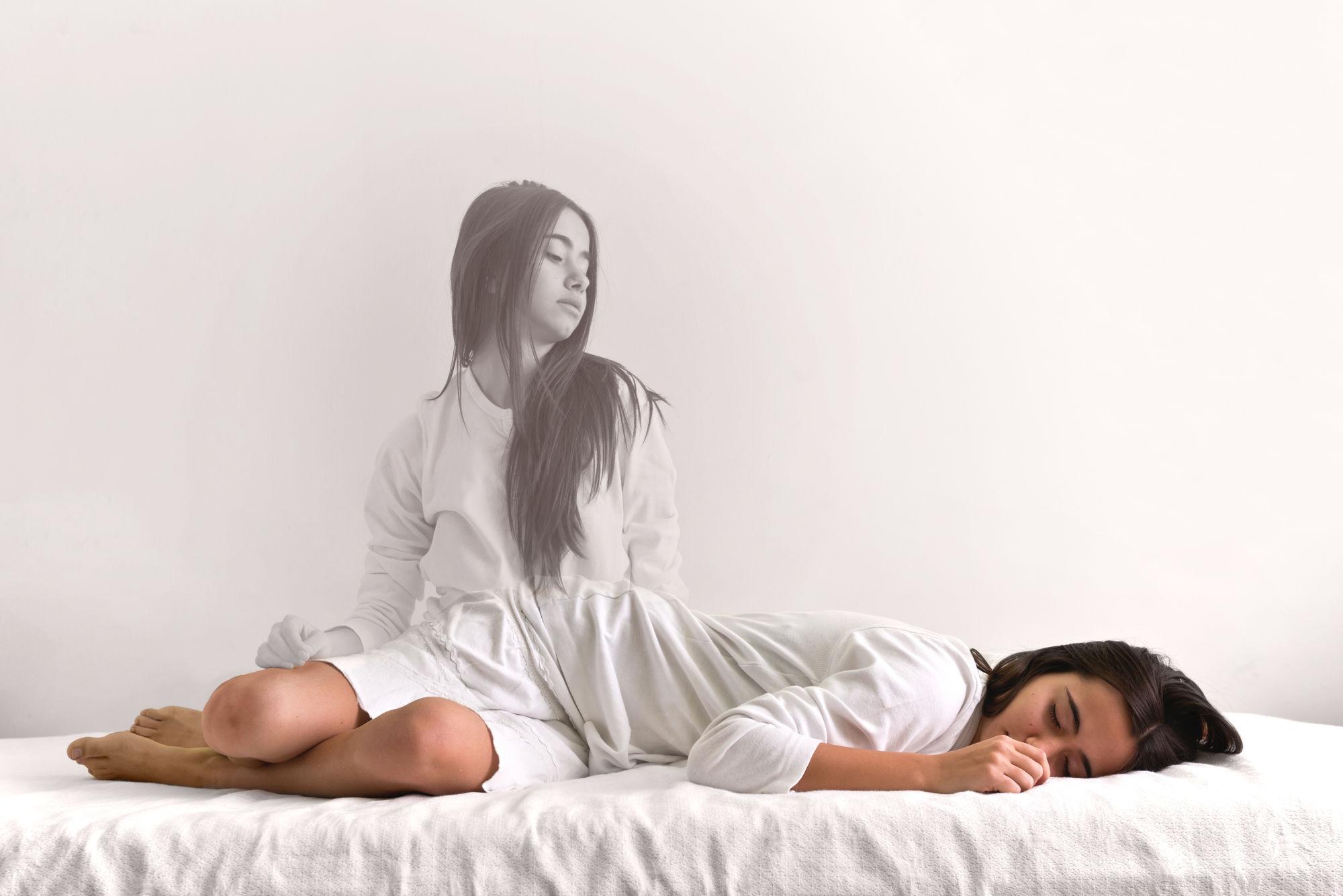 viaje astral: chica en una cama
