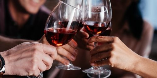 Bere un bicchiere di vino in compagnia