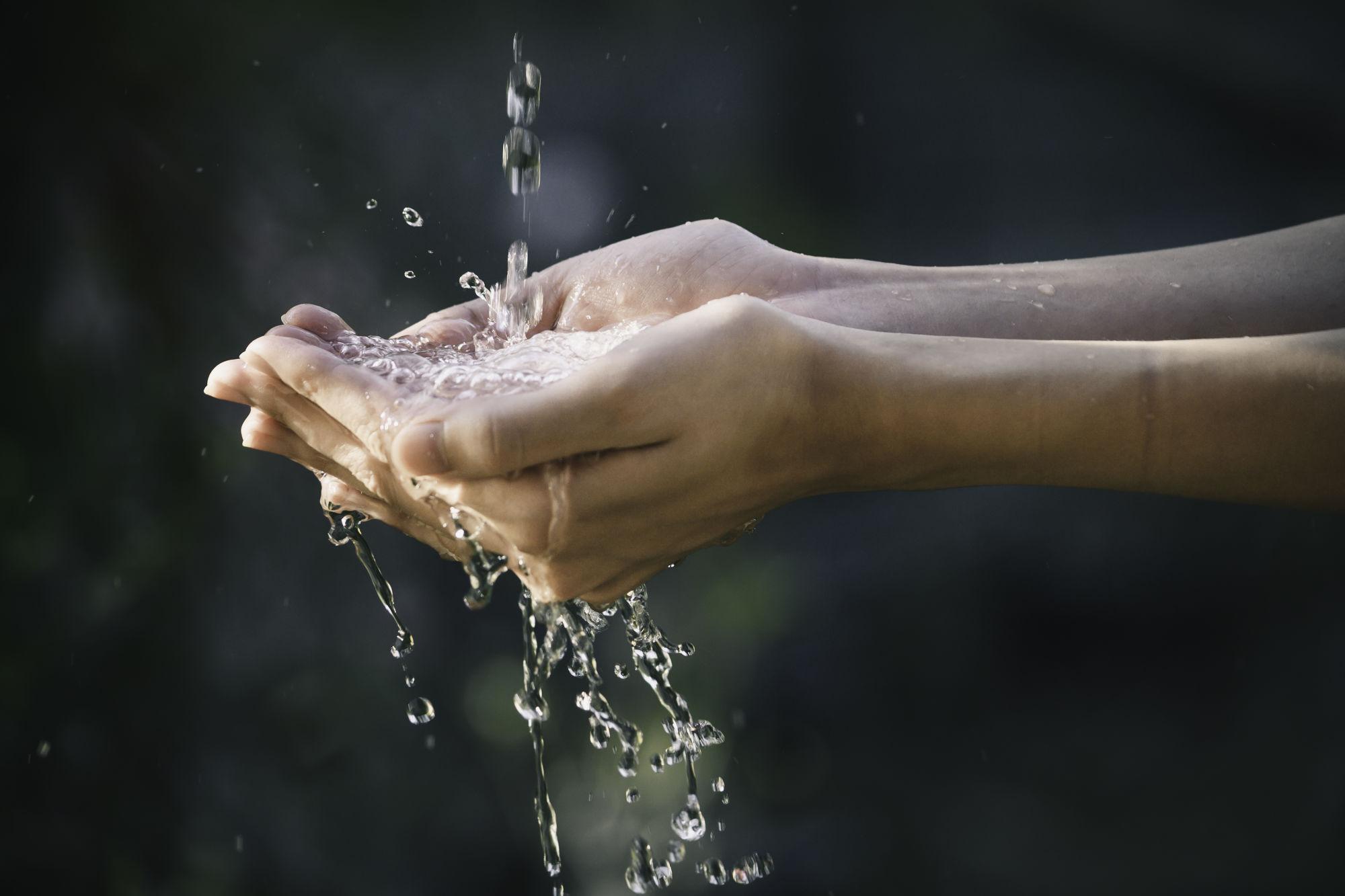manos atrapando el agua