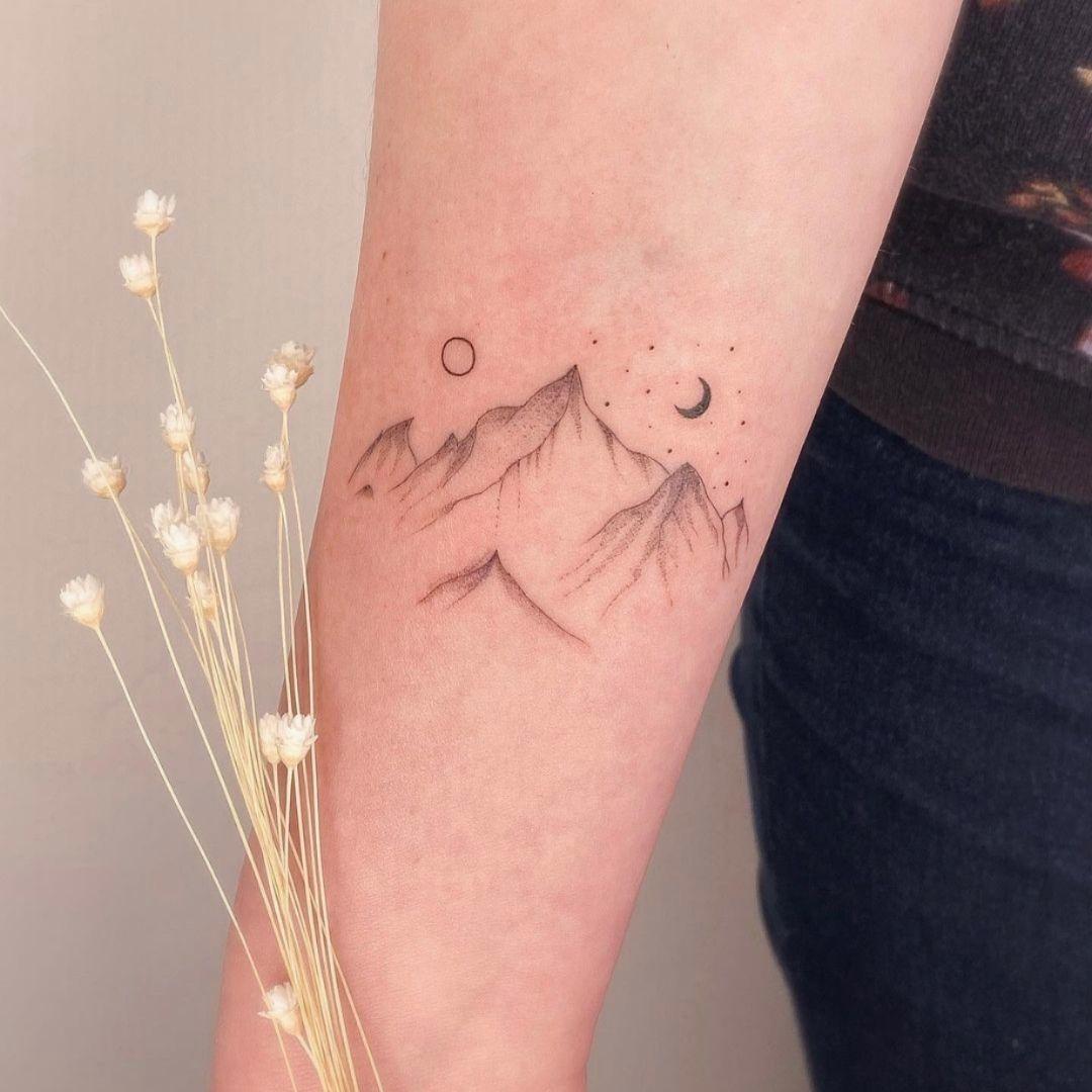 Tatouage minimaliste montagne