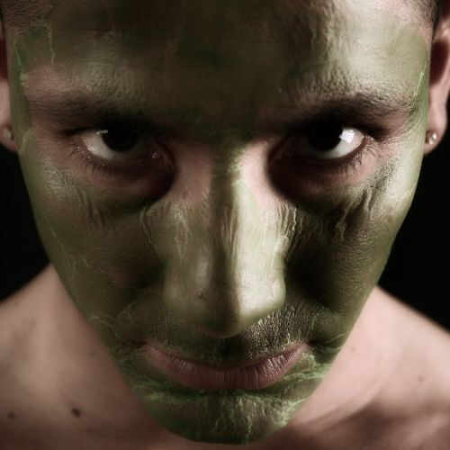 persona con la faccia verde