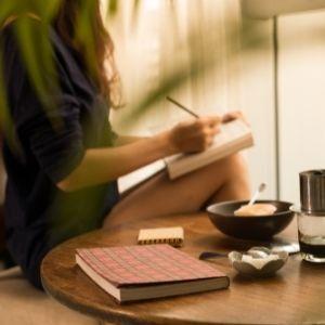 terapötik yazma eyleminde bulunan bir genç kadın