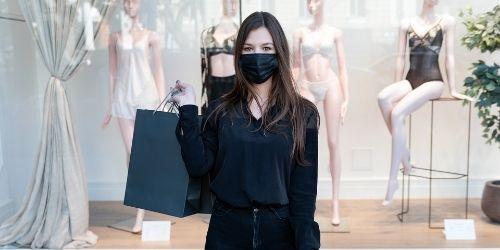 ragazza vestita di nero