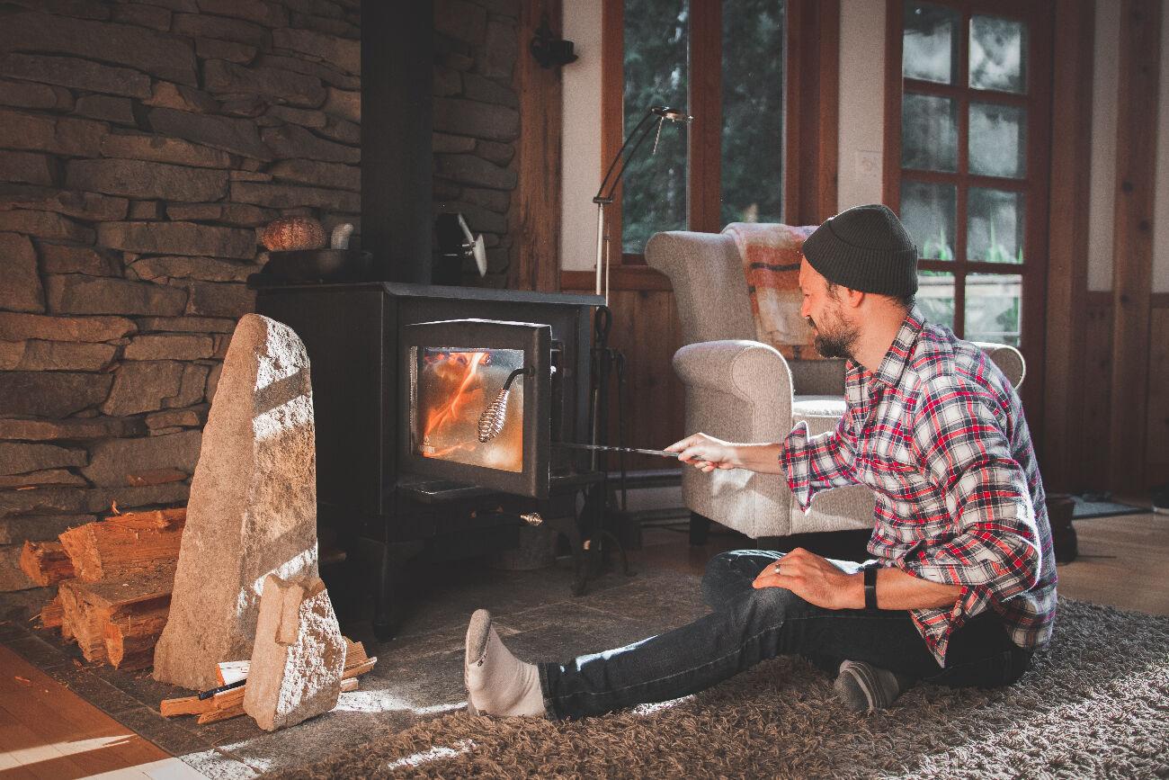 Poêle à bois qui fume beaucoup : causes & solutions efficaces