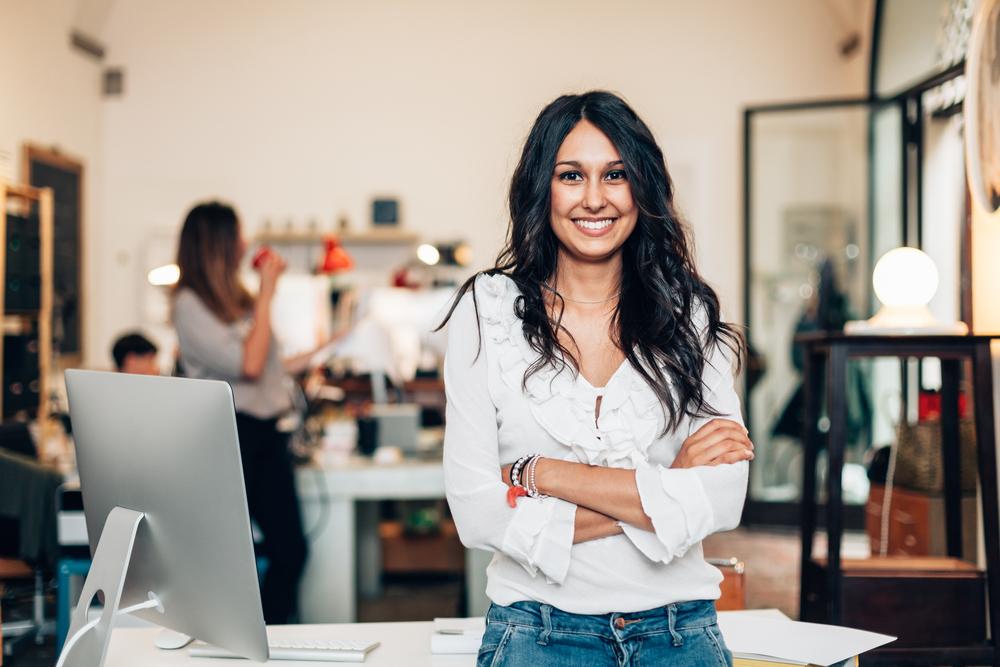 mujer en el trabajo sonriendo