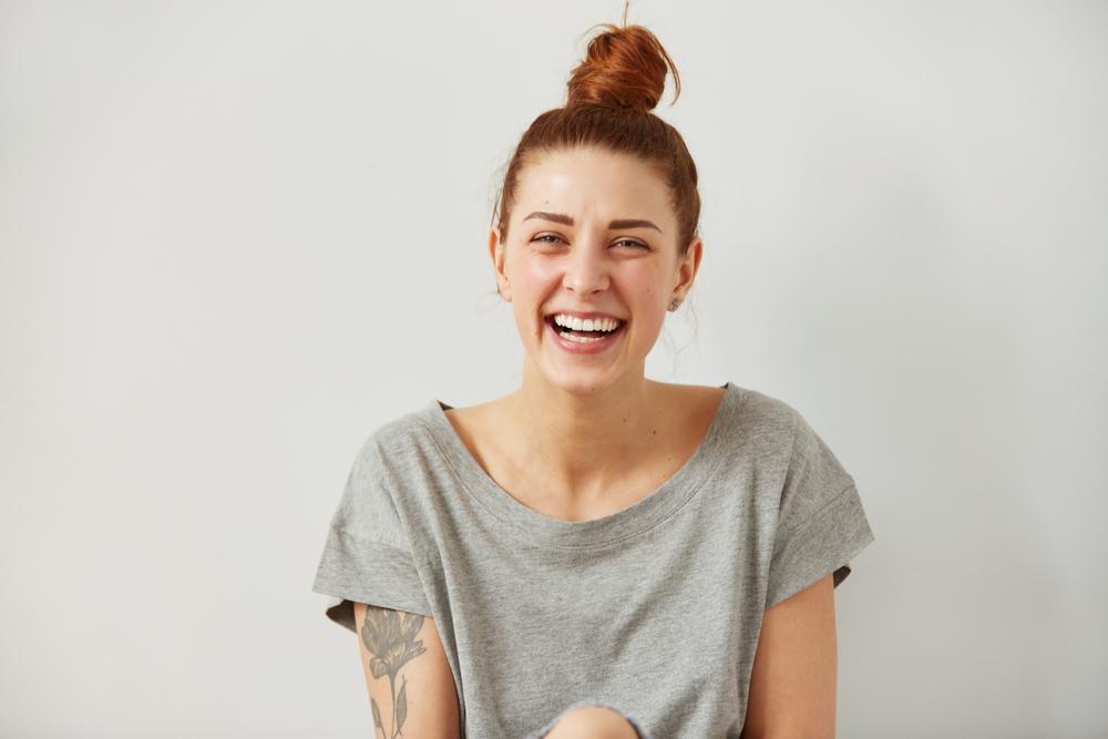 una joven tatuada sonriendo