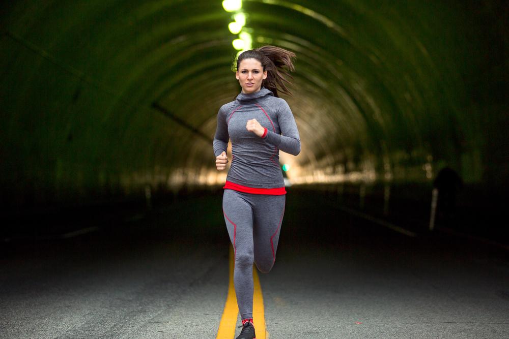 una mujer haciendo deporte en medio de un tunel