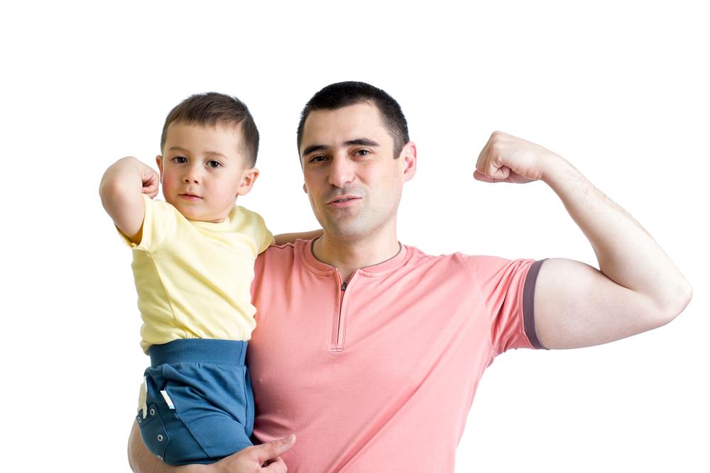un padre cargando a su hijo en brazos