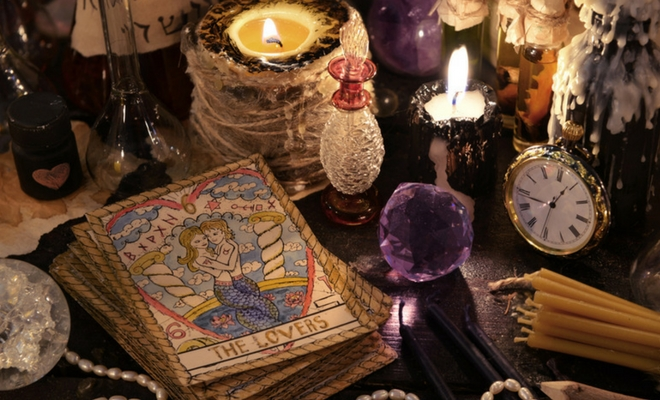cartas de tarot y amuletos